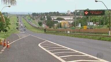 Cresce movimento de automóveis nas rodovias da região de Ribeirão Preto, SP - Motoristas que deixaram para viajar na última hora terão que ter paciência no trânsito.