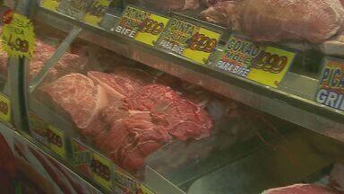 Mercadão de Campinas lota horas antes da virada do ano - A maioria dos consumidores procurava carnes para o churrasco do 1º dia do ano.