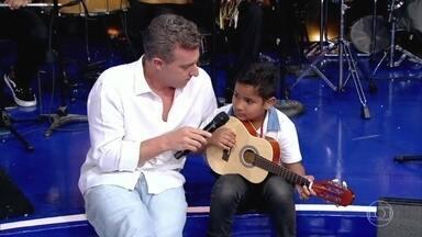 Zeca Pagodinho apresenta os netos no palco do Caldeirão - O sambista incentiva o neto a cantar
