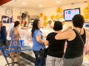 Prudentinos deixam compras da ceia para a última hora - Supermercados ficaram lotados neste sábado (31).
