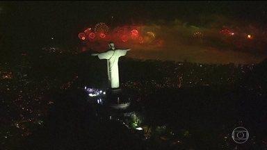 Veja como foi a festa de Ano Novo nas principais cidades do país - Na Avenida Paulista, o clima foi de comemoração. Foram 12 minutos de fogos.