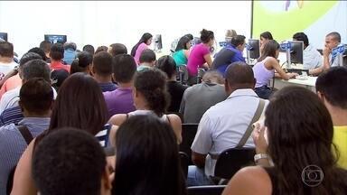 Primeiro dia útil do ano, hora de retomar a busca por emprego - De 500 candidatos que foram ao Sine em Belo Horizonte, 11 saíram com convite para entrevistas.'Ficar em casa não resolve nada. Tem que ir na batalha', diz desempregado.
