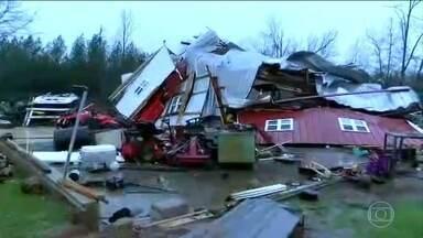 Tempestade deixa quatro mortos nos EUA - As vítimas estavam em um trailer, no Alabama, quando uma árvore caiu sobre ele. Chuva, granizo e ventos fortes provocaram estragos também em outros estados do sul do país.