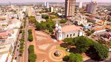 """'Descubra o Paraná': conheça Arapongas, a """"cidade dos passarinhos"""" - O quadro mostra as belezas do lugar, conhecido por suas ruas com nomes de pássaros. Com o segundo maior parque moveleiro do país, o município respira arte."""