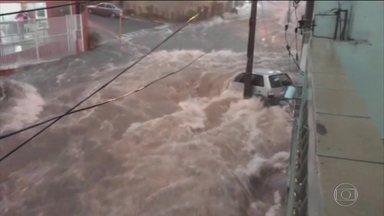 Temporal causa transtornos em Bauru (SP) - Um temporal alagou ruas de Bauru, no interior de São Paulo, na noite de segunda-feira (9). Os bombeiros resgataram 18 pessoas ilhadas. A Avenida Nações Unidas, a mais importante da cidade, ficou debaixo d'água.