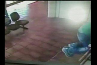 Um vídeo mostra o momento do assalto nos correios de Giruá, RS - Dois homens armados invadiram o local.