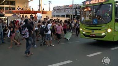 Protesto contra passagem em Teresina tem correria, balas de borracha e veículo queimado - Protesto contra passagem em Teresina tem correria, balas de borracha e veículo queimado