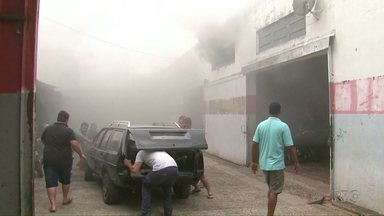Um incêndio em uma oficina mecânica assustou os moradores da Vila Portes em Foz - Os prejuízos chegaram a 30 mil reais.