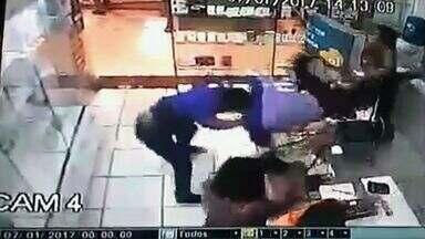 Homem reage a assalto e ataca criminoso em shopping no Centro de Fortaleza - Polícia recomenda que pessoas não reajam a assaltos e abordagens violentas.