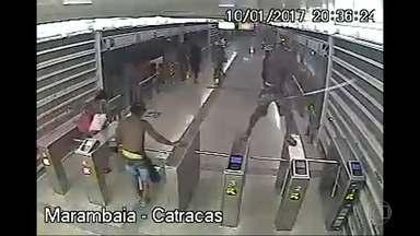 Estação do BRT na Barra da Tijuca é depredada - Um grupo de cerca de 30 pessoas depredou a estação Lourenço Jorge do BRT Transcarioca. Imagens do circuito de segurança da estação gravou os atos de vandalismo.
