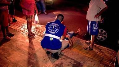 Motociclista bate em carro parado - O motociclista disse que bateu porque foi fechado por um outro carro que passava pelo local.