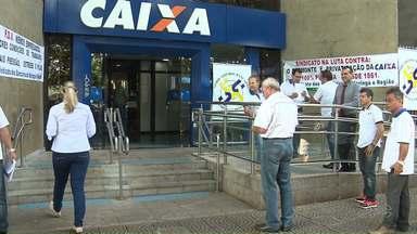 Funcionários da Caixa fazem protesto contra proposta de aposentadoria voluntária - O protesto foi no dia que o banco estatal completa 156 anos