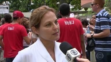 UERJ e hospital mantido por ela enfrentam situação caótica - Na manhã dessa quinta-feira (12), funcionários, alunos e parentes de pacientes protestaram na porta do Hospital Universitário Pedro Ernesto, que pertence à UERJ.