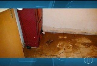 Chuva dura duas horas e alaga casa na Vila Tupã, em Montes Claros - Enxurrada atingiu cerca de um metro no interior do imóvel.