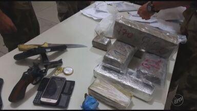 Homem é preso com maconha, munição e dinheiro em Caldas, MG - Homem é preso com maconha, munição e dinheiro em Caldas, MG