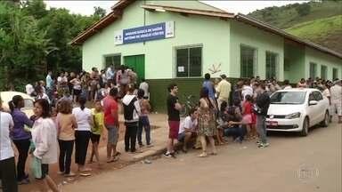 Em Minas, moradores dormem na fila por vacina contra febre amarela - Postos de saúde do Leste do estado ficam abertos no fim de semana. Desde o início de 2017, já foram registrados 133 casos suspeitos.