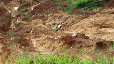 Carro capota e vai parar no meio da lama - O acidente foi na PR 092 entre Wenceslau Braz e Siqueira Campos