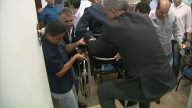 Vereador Felipe Passos sofre com a falta de acessibilidade na Câmara - Durante sessão extraordinária foi discutida licitação para melhoria no acesso