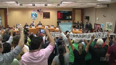 Em sessão tumultuada, vereadores presos tomam posse em Foz - Muita gente foi cedo à Câmara para acompanhar a sessão