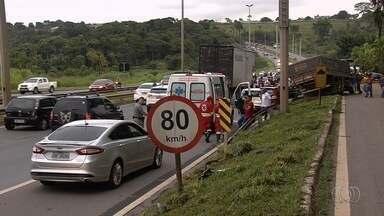 Após carreta tombar, caminhão causa engavetamento e invade canteiro - Veículo tombou na noite terça-feira e bloqueou pista lateral e parte da via. Novos acidentes aconteceram nesta quarta-feira no KM 509 da BR-153.