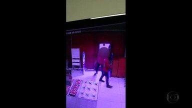 Vídeo mostra ação de suspeito de assaltos a franquias - Imagens mostram eles dentro de loja e agredindo funcionários.