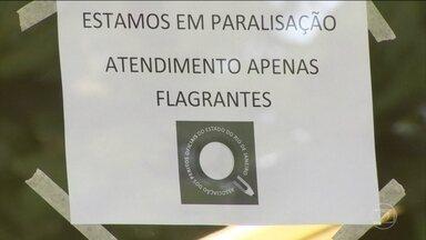 Policiais civis e agentes penitenciários continuam em greve no Rio de Janeiro - Eles vão continuar em greve mesmo com a promessa do Governo Estadual de pagar, nessa quarta-feira (18), o salário de dezembro. As duas categorias reclamam que ainda falta o 13º salário.