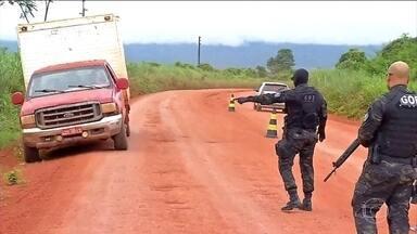Invasão de garimpeiros gera tensão na fronteira de MT com a Bolívia - Garimpeiros invadiram a Serra da Borda, na cidade de Pontes e Lacerda, a 483 km de Cuiabá. Policiais estão fazendo barreiras nas estradas que dão acesso ao garimpo.