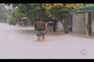 Alagamentos são registrados durante chuva intensa em Uberlândia - De acordo com bombeiros, Bairro Morumbi foi um dos mais atingidos. Durante duas horas choveu o equivalente a 36,8 milímetros, segundo Inmet.