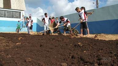 Jovem aproveitam as férias pra ajudar na reforma de uma escola em Inácio Martins - Eles fazem parte da missão Calebe, que reúne jovens de vários lugares que aproveitam o período das férias pra ajudar o próximo.