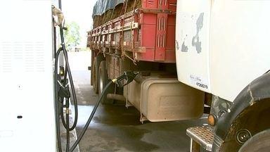 Diesel tem novo aumento e faz caminhoneiros pensarem em deixar profissão - O preço do diesel aumentou pela segunda vez em meses. Em Itapetininga (SP), por exemplo, tem posto cobrando cerca de R$ 3 o litro. Por causa disso, já tem caminhoneiro pensando em mudar de profissão por não ter como bancar os custos.