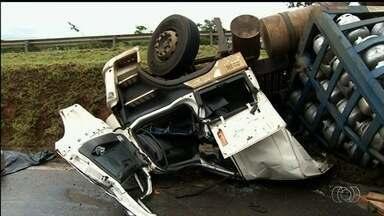 Motorista de caminhão morre após acidente na BR-060 em Abadiânia, GO - Rodovia está parcialmente interditada no sentido de Goiânia para Brasília.