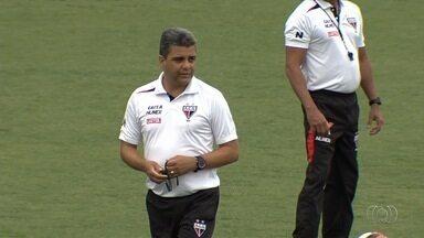 Marcelo Cabo comanda primeiro treino na retomada do trabalho no Atlético-GO - Técnico está de volta ao comando do time após polêmica do sumiço