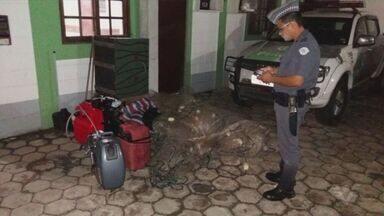 Quatro são detidos por crime ambiental em Itanhaém - Eles estavam prontos para começar uma pesca ilegal. Polícia Ambiental apreendeu barcos, rede e tanques de combustível.