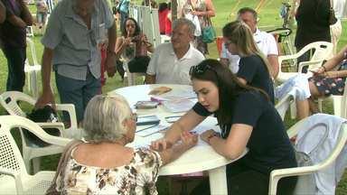 Moradores participam de ação de prevenção de câncer de pele no gramadão - No evento que teve apoio da RPC TV também foi possível aferir a pressão.