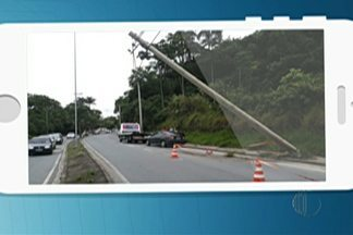 Acidente na perimetral prejudica o trânsito - Motorista perdeu o controle e bateu em um poste//