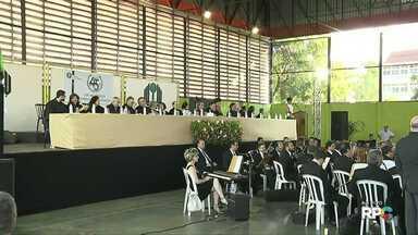 Paraná TV acompanha formatura de alunos da UEL - Cerimônia foi realizada em um ginásio no campus.