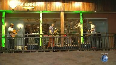 Grupo Garagem se apresenta na Casa do Sol, da Rede Bahia - Show está reunindo uma multidão na orla da Barra.