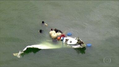 Resultado de imagem para Aeronáutica desiste de retirar avião que caiu em Paraty (RJ) da água