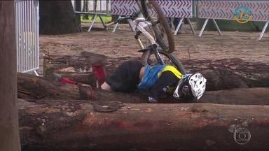 Chuva provoca muitas quedas na Copa América de Downhill - Campeão da Copa América de Downhill do ano passado teve de ser levado ao hospital após bater em uma árvore.