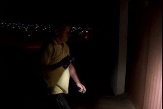 Postes com lâmpadas queimadas deixam moradores no escuro em Divinópolis - Prefeitura de Divinópolis informou que elabora processo licitatório para escolher empresa que será responsável por instalação de iluminação pública.