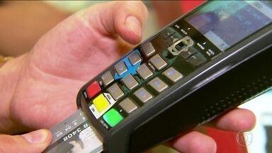 Quem usa cartão de crédito não vai poder rolar a dívida do rotativo - Rotativo só vai poder ser usado até o vencimento da fatura seguinte. BC cria regras para evitar que dívida se torne uma bola de neve.