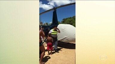 Helicóptero arrisca a vida de banhistas em praia de Guarapari (ES) - Muitos banhistas que aproveitavam a praia em Guarapari (ES) tomaram um susto. De repente, um helicóptero pousou sem que ninguém esperasse. A Praia de Bacutia tem uma faixa estreita de areia e estava cheia.