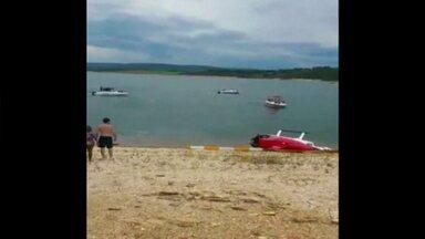 Em Minas, helicóptero cai em lago e passageiros saem ilesos - Helicóptero não estava autorizado a fazer voos panorâmicos. Três amigos pagaram para sobrevoar o lago de Furnas.