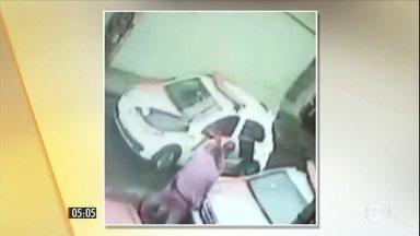Policiais são acusados de espancar mecânico em Itapevi, cidade de SP - Os dois policias foram afastados pela Secretaria de Segurança Pública de São Paulo. Eles são acusados de espancar um mecânico, o que teria causado sua morte.