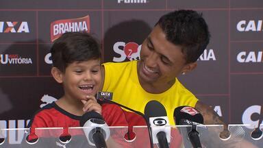 Vitória recebe fã especial de Kieza durante treino no Barradão - Confira as notícias do tricolor baiano.