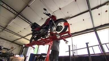 Amigos criam elevador para motos - No VC no PEGN, Marcelo e Jair contam como identificaram a necessidade de se estacionar a moto e o carro.