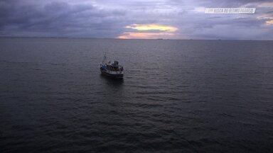 Kitesurfe Com O Guilly E Crianças No Barco