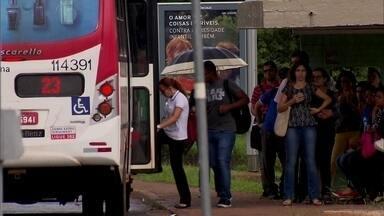 Testemunhas de assalto reagem e espancam ladrão no DF - Segundo a polícia, o homem espancado tentou roubar o celular de uma passageira dentro de um ônibus.