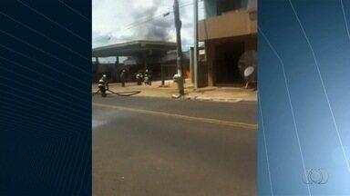 Vídeo mostra posto de combustíveis pegando fogo em Caldas Novas, em Goiás - Chamas rapidamente se espalharam e quase atingiram teto do local. Segundo Corpo de Bombeiros, ninguém se feriu; Peritos apuram causa.