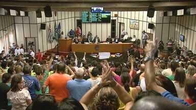Servidores protestam contra medidas do prefeito na Câmara de Ribeirão Preto, SP - Profissionais são contra pacote de decretos de Duarte Nogueira (PSDB).